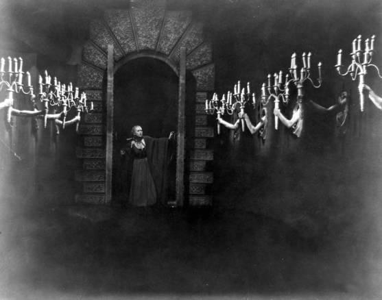 1946_Cocteau_Belle-in-corridor_c